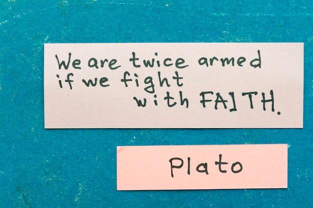 유명한 고대 그리스 철학자 플라톤은 믿음에 대한 빈티지 판지 판에 스티커 메모와 함께 해석을 인용합니다.