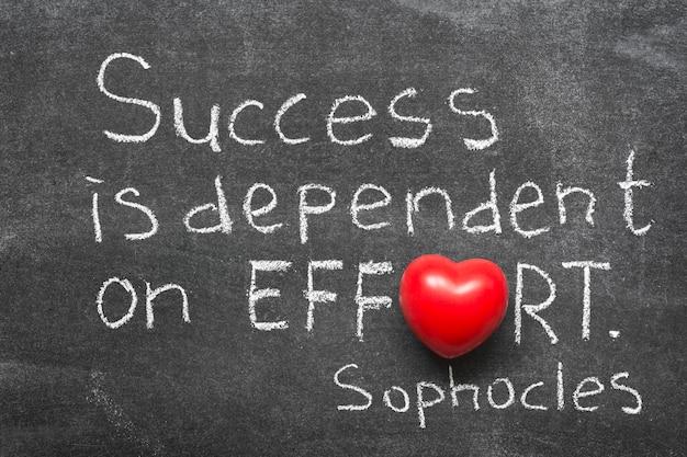 유명한 고대 그리스 철학자 소포클레스가 칠판에 손으로 쓴 성공과 노력에 대한 인용문