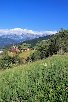 Знаменитая и красивая деревня комблу, альпы, савойя, франция
