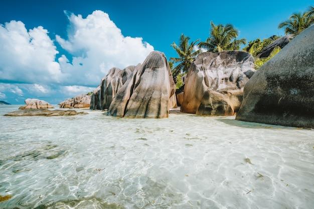 Знаменитый пляж анс сурс д'аржан на острове ла диг, сейшельские острова