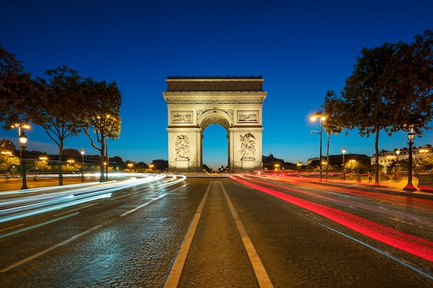 夜の有名な凱旋門