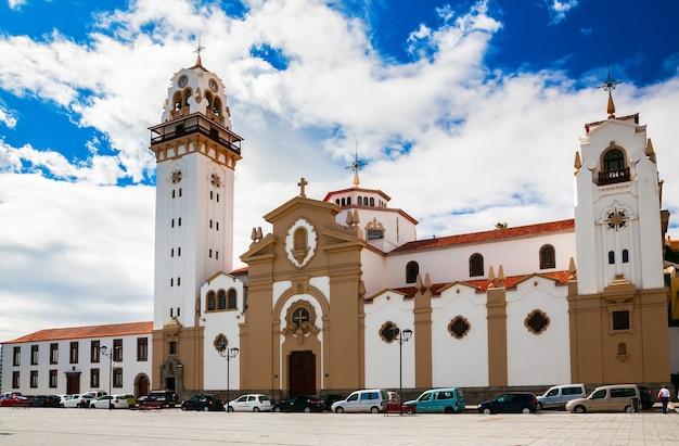 Знаменитая церковь базилика де канделария в восточной части тенерифе, канарские острова, испания