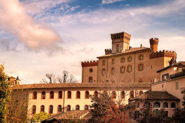 Знаменитая красивая деревня бароло в пьемонте ланге, италия