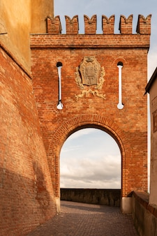 Знаменитая красивая деревня бароло в зоне пьемонте, ланге, италия. бароло - это название известного в италии красного вина, производимого в этой части италии.
