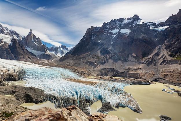 アルゼンチンのパタゴニア山脈にある有名な美しい山頂セロトーレ。南アメリカの美しい山々の風景。