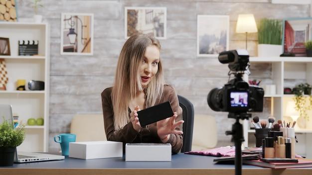 Известная красотка, влиятельная личность, записывает видео с распаковкой для своего видеоблога. создатель креативного контента.