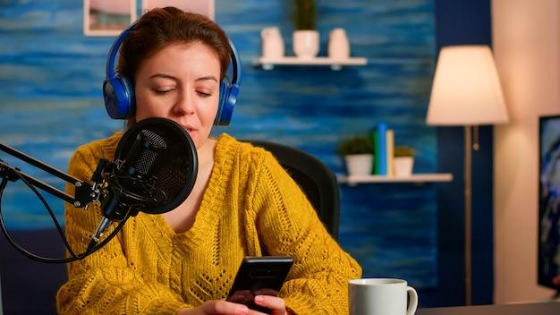 ビデオvlogの録画中に、ホームスタジオのテキストメッセージからフォロワーにヘッドフォンをストリーミングする有名なブロガー