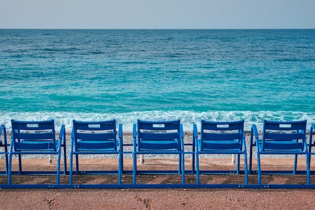 Знаменитые синие стулья на пляже ниццы, франция