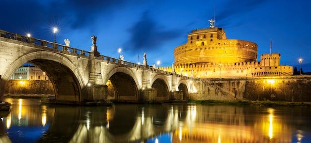 夜のローマの有名な橋