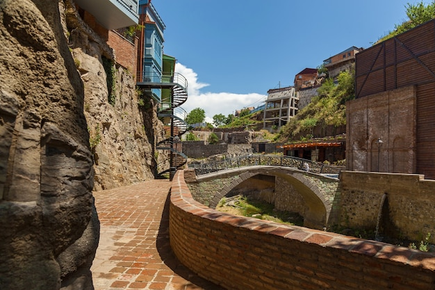 그루지야 수도 f의 중심에 있는 대중목욕탕과 jummah mosque 근처의 유명한 다리