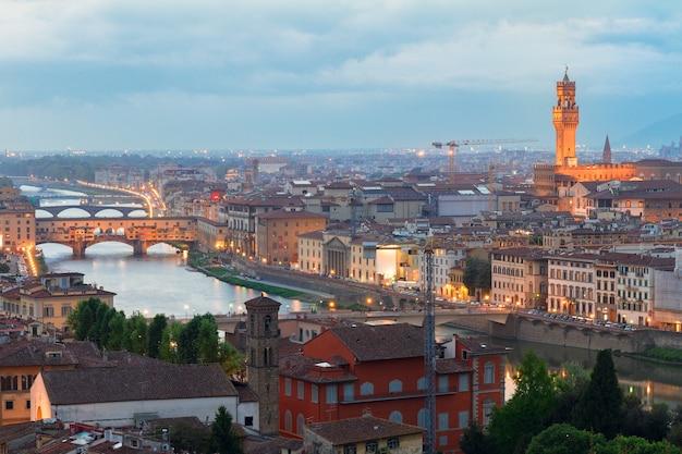 유명한 다리 베키오 다리(ponte vecchio)와 밤의 구시가지, 피렌체, 이탈리아
