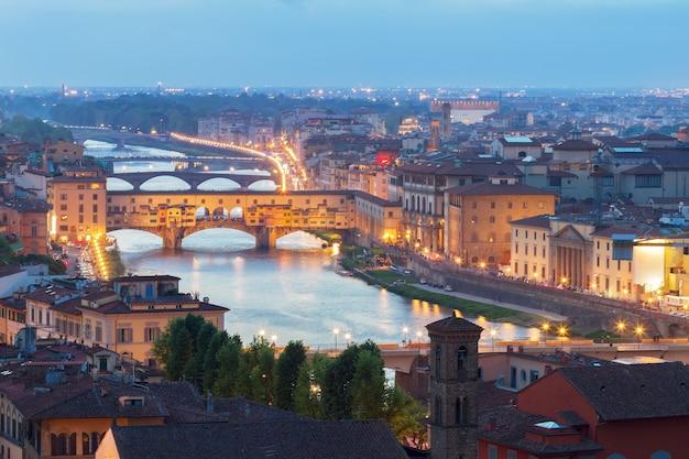 밤에 유명한 다리 베키오 다리, 피렌체, 이탈리아