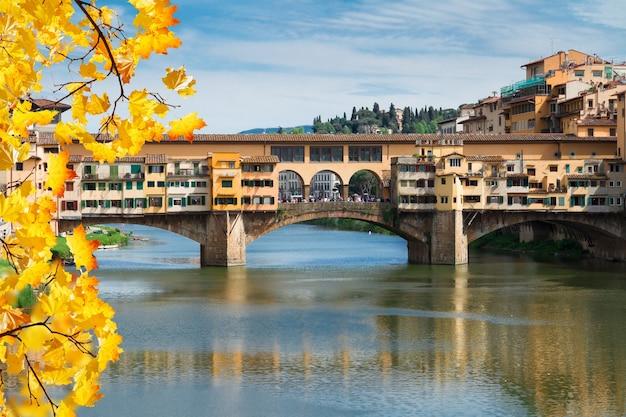 가을 날, 피렌체, 이탈리아에서 아르노 강 위의 유명한 다리 베키오 다리
