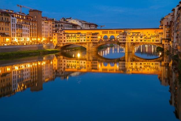 밤, 피렌체, 이탈리아에서 아르노 강 위에 유명한 다리 베키오 다리