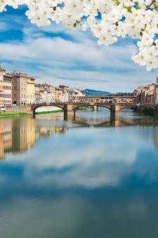 봄날 아르노 강 위의 유명한 베키오 다리, 수직 샷, 이탈리아 피렌체