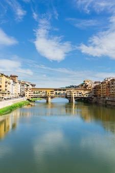 여름날 아르노 강 위의 유명한 베키오 다리, 수직 샷, 이탈리아 피렌체