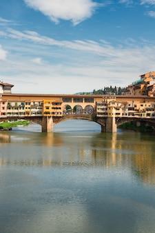 Arno 강 위의 유명한 다리 ponte vecchio, 수직 샷, 피렌체, 이탈리아