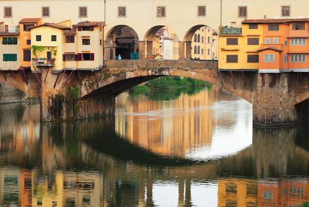 반사, 피렌체, 이탈리아와 유명한 다리 베키오 다리