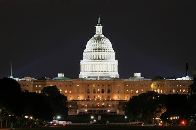 夜のショットでワシントンの有名な国会議事堂