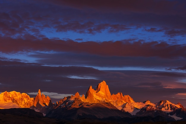 有名なセロフィッツロイ-アルゼンチンのパタゴニアで最も美しく、アクセントを付けるのが難しい岩の峰の1つ
