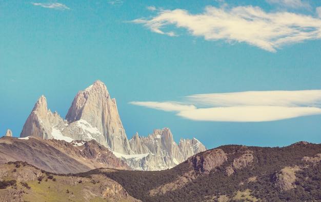 有名なセロフィッツロイ-アルゼンチンのパタゴニアで最も美しく、アクセントの難しい岩山の1つ