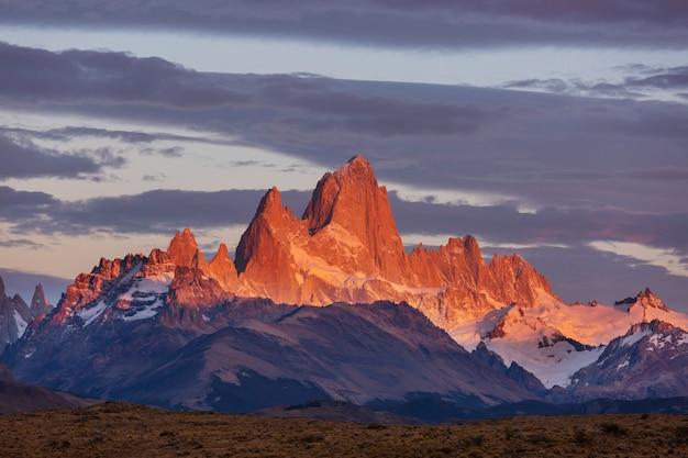有名なセロフィッツロイ-アルゼンチンのパタゴニアで最も美しく、アクセントを付けるのが難しい岩山の1つ