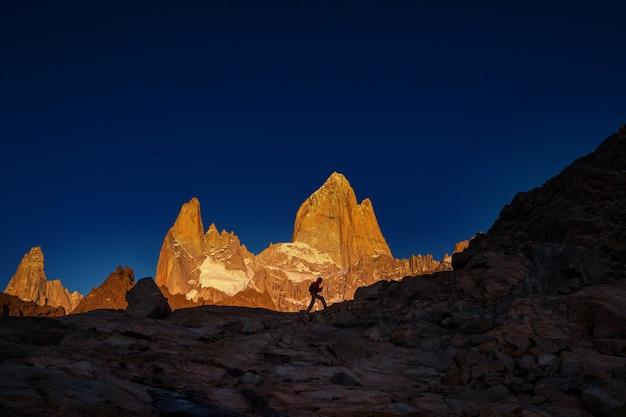 Знаменитый серро фитц рой - один из самых красивых и сложных скалистых пиков в патагонии, аргентина.