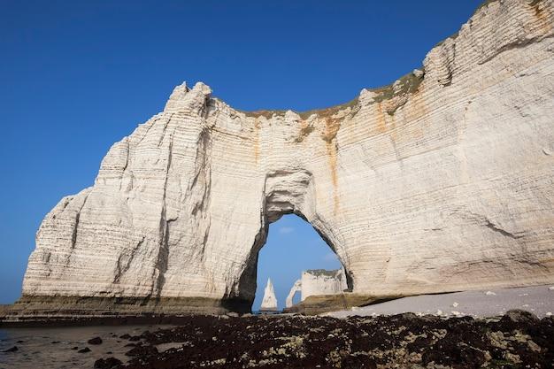 Знаменитые меловые скалы на алебастровом побережье кот-д'альбатр, этрета, франция
