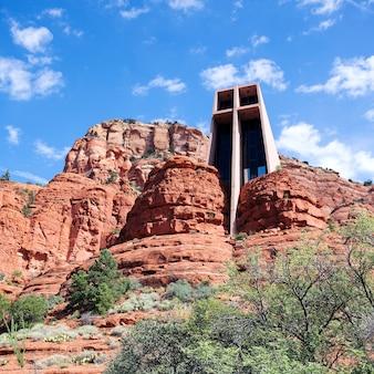 アリゾナ州セドナの赤い岩に囲まれた有名なホーリークロスチャペル
