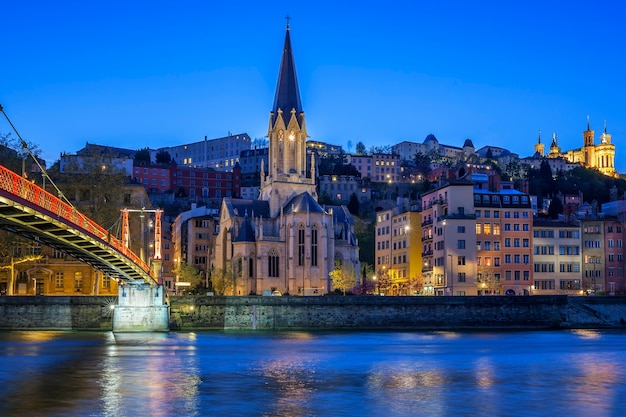 夜にソーヌ川があるリヨンの有名な教会