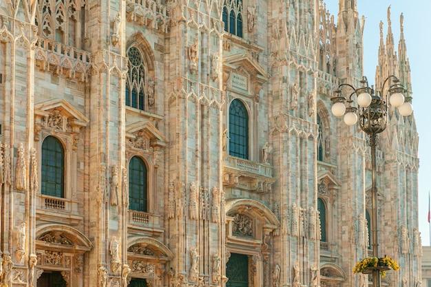 ゴシック様式の尖塔と白い大理石の彫像がある有名な教会ミラノ大聖堂ドゥオーモディミラノ