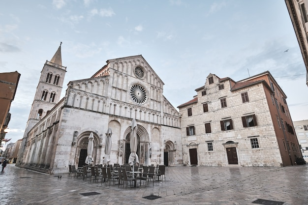 이른 아침에 작은 카페가있는 크로아티아의 유명한 성 도나투스 자 다르 교회
