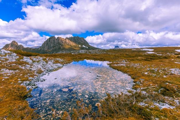 Знаменитая гора колыбель в национальном парке имени тасмании