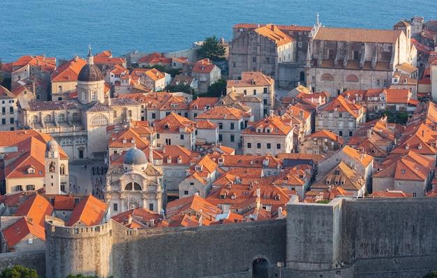 Знаменитый вид лета старого городка дубровника с крепостной стеной, хорватия. люди до неузнаваемости.