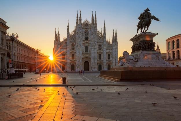 日の出、ミラノ、ヨーロッパで有名なドゥオーモ。