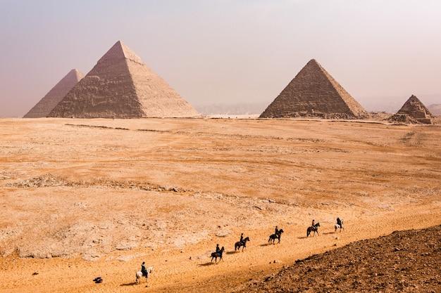 ギザの有名なエジプトのピラミッド。エジプトの風景。砂漠のピラミッド