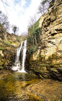 春に岩の滝があるオールドトビリシの有名なイチジク渓谷