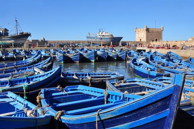Essaouira 모로코의 항구에서 유명한 낚시 블루 보트