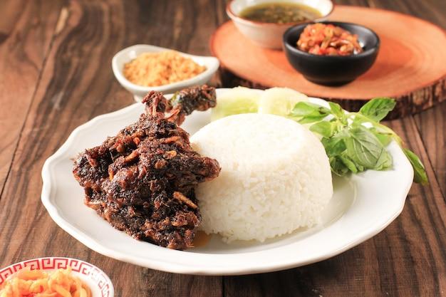 インドネシアのマドゥラ島で有名な食べ物「ベベックシンジェイ」またはベベックヒタムと呼ばれるベベックはアヒルで、米、アヒル、キュウリ、バジル、ヤングマンゴーチリで構成されています