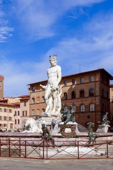 Знаменитый фонтан нептуна на площади синьории. флоренция, италия