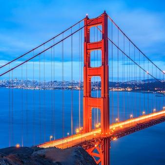 Знаменитый мост золотые ворота, сан-франциско ночью, сша