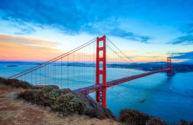 Знаменитый мост золотые ворота, сан-франциско на закате, сша
