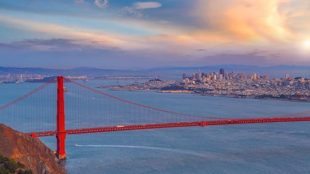 황혼에서 미국 캘리포니아에서 유명한 금문교 샌프란시스코