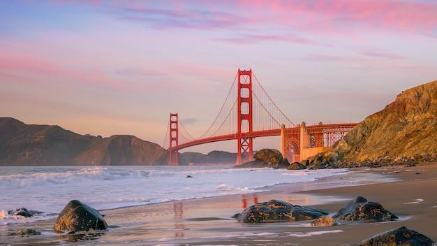 아름다운 황금빛 저녁 빛, 샌프란시스코, 미국 베이커 비치에서 본 유명한 금문교