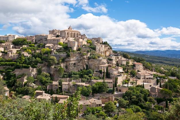 Знаменитая средневековая деревня горд на юге франции (прованс)