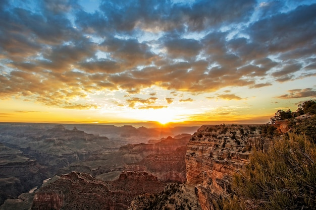 日の出、水平方向のビューで有名なグランドキャニオン