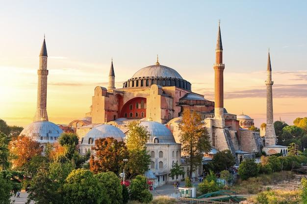 日没時の有名なアヤソフィアモスク、イスタンブール、トルコ。