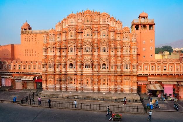 有名な歴史的なランドマックピンクハワーマハル風の宮殿と人々と輸送ジャイプールラジャスタンインド