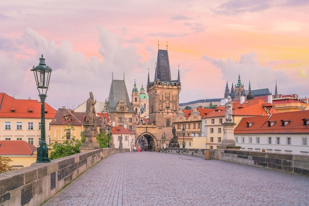 チェコ共和国のカレル橋とプラハの街並みの有名な象徴的なイメージ