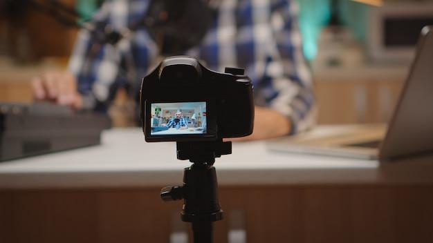 Famoso influencer che registra uno spettacolo online in home studio. spettacolo online creativo produzione in onda trasmissione su internet host in streaming di contenuti live, registrazione di comunicazioni sui social media digitali